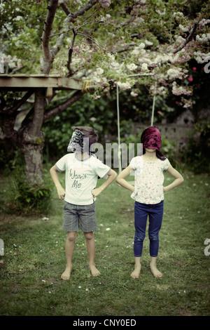 I bambini giocano indossando blinfolds. Immagini Stock