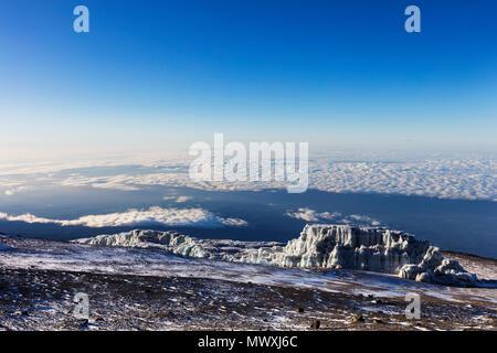 Viste del vertice e ritirando ghiacciaio sul Monte Kilimanjaro, Parco Nazionale del Kilimanjaro, Sito Patrimonio Mondiale dell'UNESCO, Tanzania, Africa orientale, Africa Immagini Stock