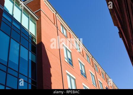 Office Block street view contro un cielo blu. Immagini Stock