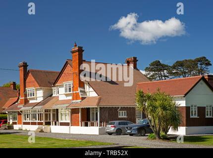 Irlanda, Co Louth, Greenore, elegante stile coloniale DNGR gestione ferroviaria casa con veranda in giardino Immagini Stock