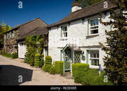 Regno Unito, Cumbria, Hawkshead, Roger Suolo, Infermiere's Cottage, verniciato di colore bianco proprietà sulla periferia del villaggio Immagini Stock