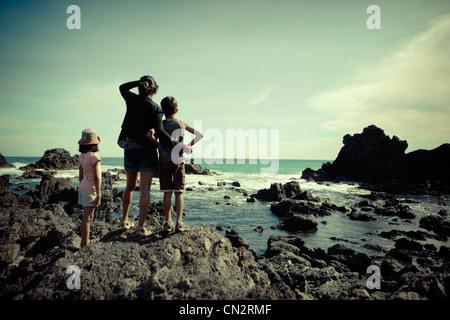 Madre e figlio, figlia, guardare oltre oceano meridionale, Cape Palliser, Nuova Zelanda. Immagini Stock