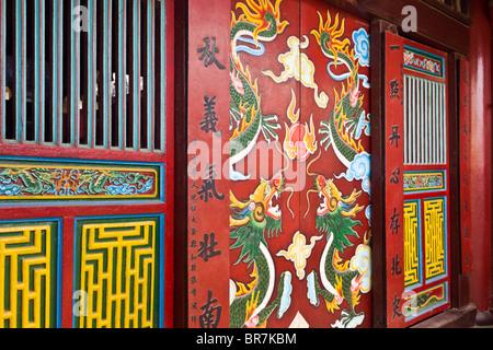 Il Vietnam, Hoi An, Chua Ongs tempio, porte verniciate Immagini Stock