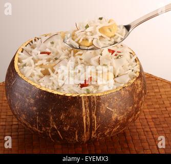Noce di cocco polinesiano riso con cucchiaino Immagini Stock