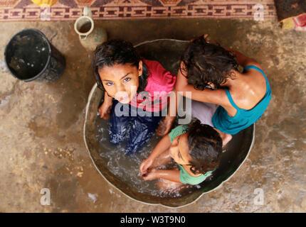 La striscia di Gaza. 17 Luglio, 2019. Bambini palestinesi stessi ammollo in acqua per rimanere fresco durante la stagione calda, nel sud della striscia di Gaza city di Khan Younis, 17 luglio 2019. Credito: Yasser Qudih/Xinhua/Alamy Live News Immagini Stock