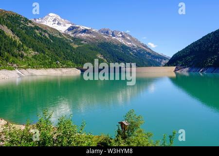 Schlegeis serbatoio con la parete della diga, Hoher Riffler, Alpi Aurine, vicino a Finkenberg, Zillertal, Tirolo, Austria Immagini Stock