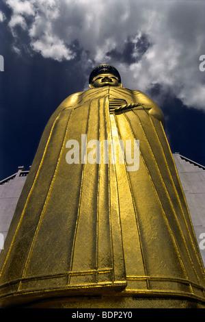 Gigante esterna permanente oro Buddha, Wat Intharawihan Tempio di Bangkok, Tailandia Immagini Stock