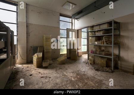 Vista interna di un animale abbandonato impianto di prova in Italia. Immagini Stock