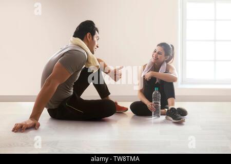 Coppia giovane rilassante dopo allenamento Immagini Stock
