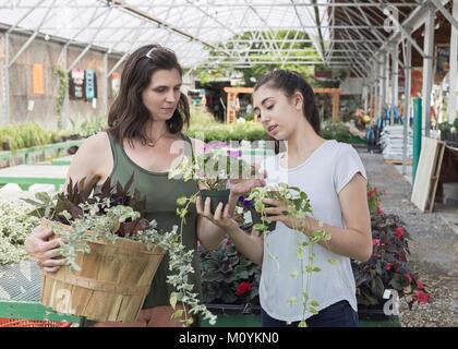Caucasian madre e figlia shopping per fiori Immagini Stock