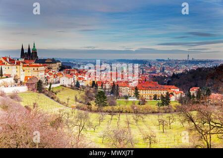 Vista su Praga e sui Giardini Petrin, Praga, Repubblica Ceca, Europa Immagini Stock