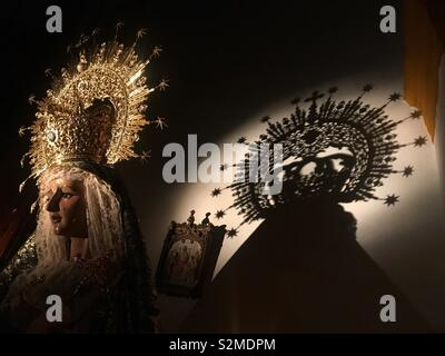 La silhouette di una statua della Vergine Maria è visualizzato nella chiesa di Prado del Rey, Cadiz, Spagna Immagini Stock