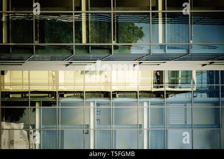 Un moderno edificio residenziale con facciate in vetro nella parte anteriore delle scale. Immagini Stock