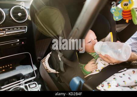 Padre figlio di alimentazione (0-1 mesi) Immagini Stock