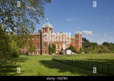 Il West o il giardino antistante la casa con scale curve a Osterley, Middlesex. La casa era originariamente Elizabethan, Immagini Stock