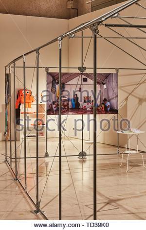 Installazione da Nairobi Design Week (vari designer) per i Rifugiati Pavilion. London Design Biennale 2018, Londra, Regno Unito. Architetto: vari Immagini Stock