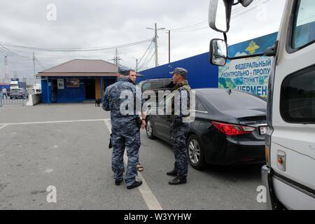Inguscezia gli ufficiali di polizia interrogando un uomo in un checkpoint al confine tra la Repubblica di Inguscezia e la Repubblica del Nord Ossetia-Alania nel Nord Caucaso Distretto federale della Russia Immagini Stock