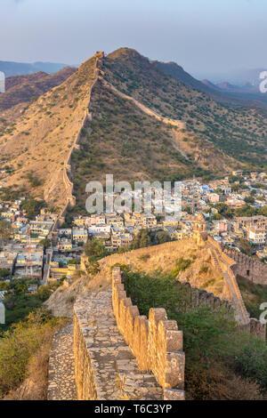 India Rajasthan, Jaipur, ambra, ambra Fort e fortificazioni a parete Immagini Stock
