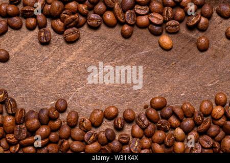 I chicchi di caffè su uno sfondo di legno Immagini Stock