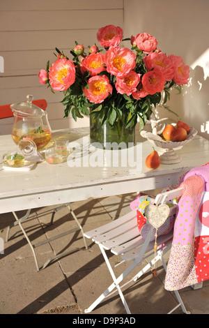 Mazzo di peonie e artigianale di bevanda rinfrescante sul tavolo Immagini Stock