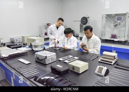 """(190717) -- TURPAN, luglio 17, 2019 (Xinhua) -- ricercatori prendere misurazioni di campioni di prova a una temperatura costante e umidità camera al Xinjiang Turpan Ambiente Naturale Experimental Research Center di Turpan, a nord-ovest della Cina di Xinjiang Uygur Regione autonoma, 17 luglio 2019. Conosciuta come """"la terra di fuoco"""" con la sua estremamente caldo e il clima è secco, Turpan nel nord ovest della Cina è diventata una delle scelte migliori per il mondo società automobilistica, materiale i fabbricanti e gli istituti di ricerca che cercano un esperimento terreno per condurre prove ad alta temperatura sui veicoli. Attualmente, oltre 3 Immagini Stock"""