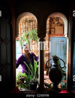 Una femmina di visite turistiche la Casa-Museo araba a Caceres, Estremadura, Spagna Immagini Stock
