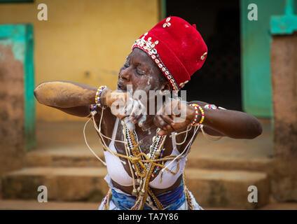 Komian donna durante una cerimonia in Adjoua Messouma Komians centro di iniziazione, Moyen-Comoé, Aniassue, Costa d'Avorio Immagini Stock