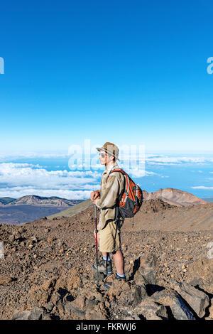 Escursionista vicino alla sommità del vulcano Teide (3718 metri sopra il livello del mare). Cratere sullo sfondo Immagini Stock
