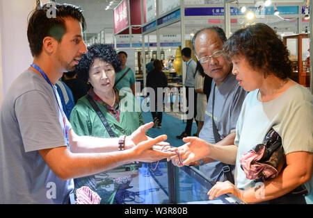 Harbin, la Cina della Provincia di Heilongjiang. 17 Luglio, 2019. Un espositore presenta una mostra ai visitatori durante la seconda Nordest Asiatico di cultura ed Arte Fiera di Harbin, capitale del nord-est della Cina di Provincia di Heilongjiang, 17 luglio 2019. Credito: Xie Jianfei/Xinhua/Alamy Live News Immagini Stock
