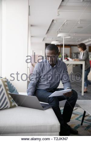 Imprenditore lavoro in ufficio Immagini Stock
