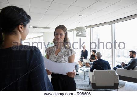 Architetti femmina discutendo la documentazione in riunione Immagini Stock