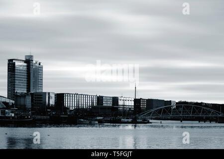 Il porto aperto davanti con il sig. JJ van der Velde Ponte e Ufficio moderno e gli edifici residenziali in serata ad Amsterdam. Immagini Stock