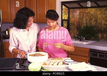 Madre cinese e la figlia di imparare a fare involtini primavera © Myrleen Pearson ....Ferguson Cate Immagini Stock