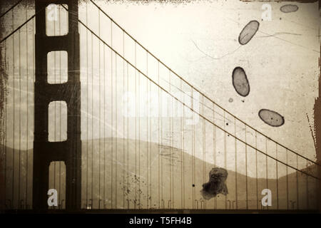 Il vintage fotografia di un pilastro del Golden Gate Bridge in misty pioggia. Immagini Stock