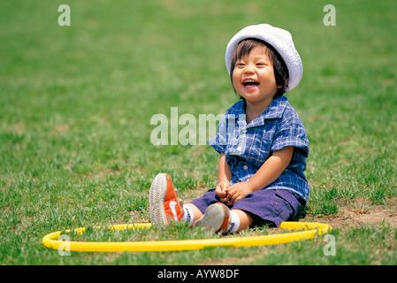 Una bambina con un cerchio Immagini Stock