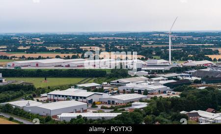 Vista aerea di grandi turbine eoliche che domina il paesaggio in Eye Suffolk, Inghilterra Immagini Stock