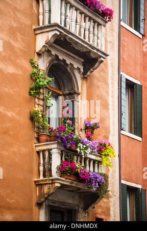 Basso angolo vista di un balcone di edilizia residenziale, Venezia, Veneto, Italia Immagini Stock