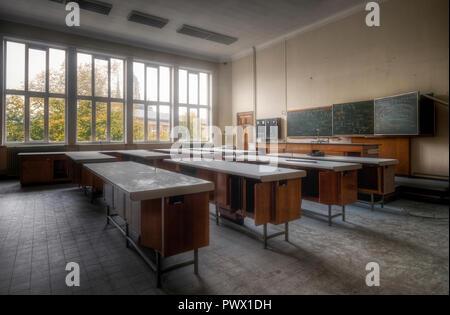 Vista interna di una classe in una scuola abbandonata in Belgio. Immagini Stock