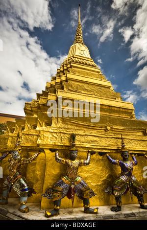 Thailandia, Bangkok, Wat Phra Kaew tempio vicino al Grand Palace, guardian statue del golden chedi Immagini Stock