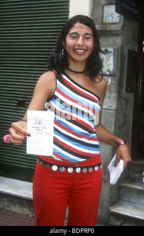 Sorridente ragazza argentina offre l invito a uno di Buenos Aires molti Spettacoli di Tango a La Boca Immagini Stock