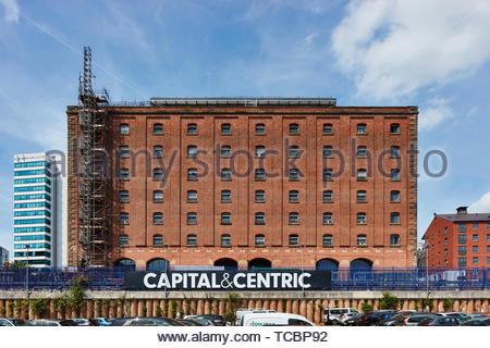 Elevazione frontale da una distanza. Magazzino di Londra, Manchester, Regno Unito. Architetto: Archer Humphreys architetti, 2018. Immagini Stock