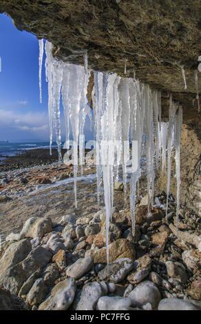 Ghiaccioli appesi da congelati cliff cascate Osmington Mills, Dorset, Inghilterra, Febbraio Immagini Stock