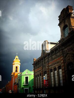 Una chiesa illuminata al tramonto a Puebla, in Messico Immagini Stock