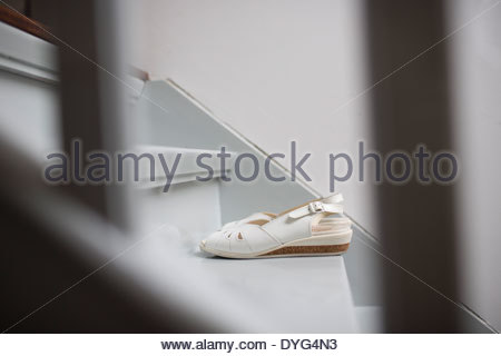 Sandali bianchi in piedi su una scala Immagini Stock