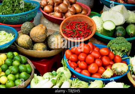 La frutta e la verdura per la vendita su un mercato in stallo, Vietnam Immagini Stock