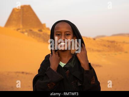 Ritratto di ragazza sudanese visitando le piramidi di kushite governanti a Meroe, Stato settentrionale, Meroe, Sudan Immagini Stock