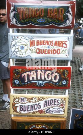 Tango (la nazionale di danza) indicazioni per la vendita come souvenir turistici a La Boca, Buenos Aires, Argentina Immagini Stock