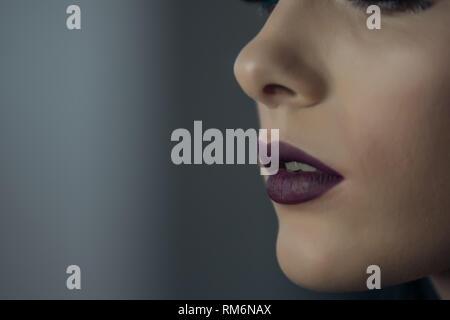 Labbra di una ragazza vicino. Immagini Stock