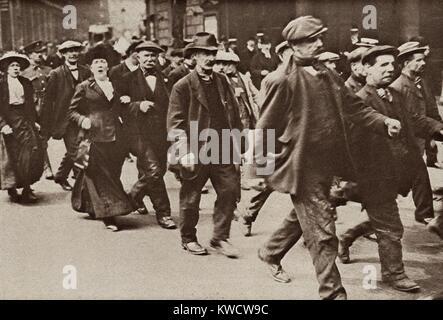 Guerra mondiale 1. Accompagnati dalle loro mogli, uomini di mezza età marzo al deposito centrale per essere Immagini Stock
