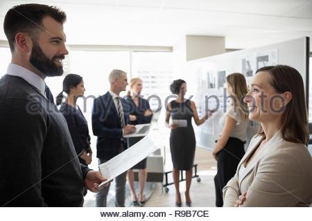 La gente di affari per discutere dei documenti in office meeting Immagini Stock